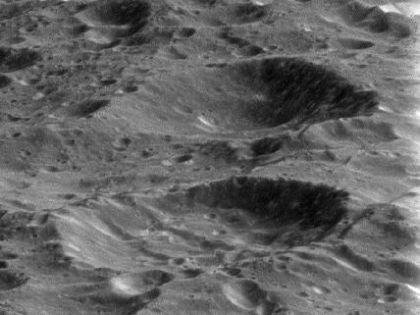 В объектив камеры зонда попал спутник Сатурна Рея //  Официальный сайт NASA