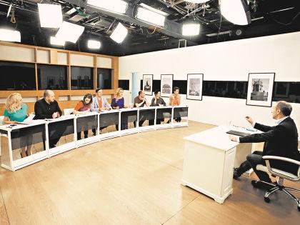 Петров-лаоши (учитель) с учениками // телеканал «Россия К»
