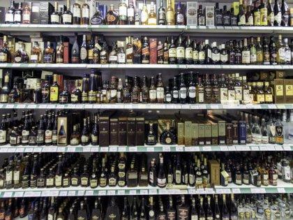 Наиболее опасен крепкий суррогатный алкоголь – водка, коньяк, виски, джин // Global Look Press