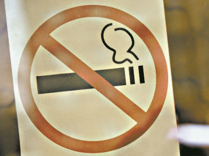 В 2013–2014 годах в России поэтапно было запрещено курение на рабочих местах, в школах, вузах, кафе и ресторанах, на стадионах, вокзалах // Александр Алешкин / «Собеседник»