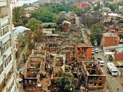 Так теперь выглядит одна из сгоревших улиц. Пламя уничтожило порядка 187 строений // Виктория Савицкая / «Собеседник»