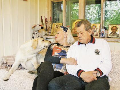Семейное фото на веранде с собакой Феей // Александр Алешкин / «Собеседник»