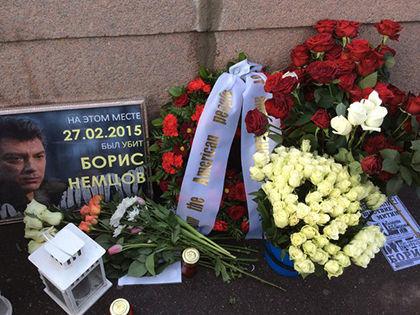 Венок, возложенный Джоном Теффтом на месте гибели Немцова // Валерий Ганненко / Sobesednik.ru