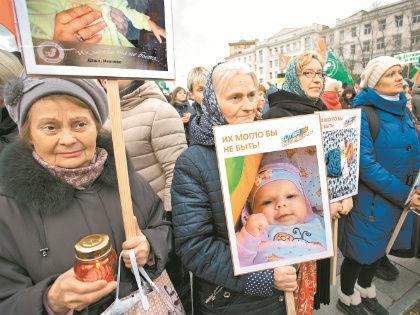 Малыши, которые могли не родиться, – главный аргумент митингующих // Александр Алешкин / «Собеседник»