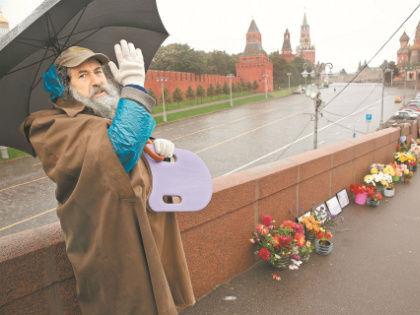 Григорий дежурит на мосту уже 1,5 года и все надеется быть услышанным // Александр Алешкин / «Собеседник»