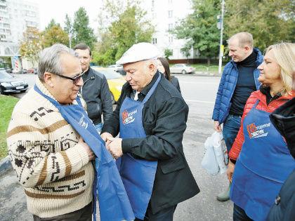 Юбиляр лично надел на Хазанова рабочую одежду // Александр Алешкин / «Собеседник»