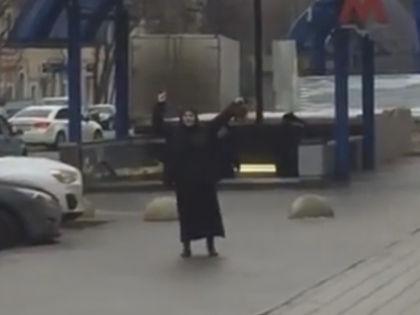 Подозреваемая около станции метро в Москве // Стоп-кадр с видео на YouTube