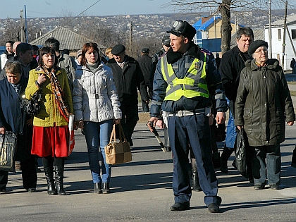 Пешеходы и сотрудник ГАИ // Russian Look