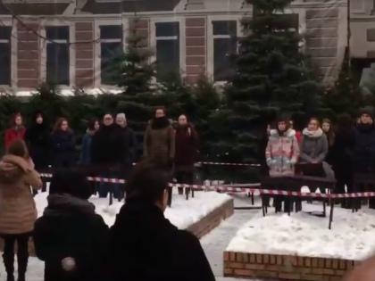 «Студенты устроили во дворе вполне мирный перформанс, куда зачем-то вызвали милицию...» // Стоп-кадр YouTube