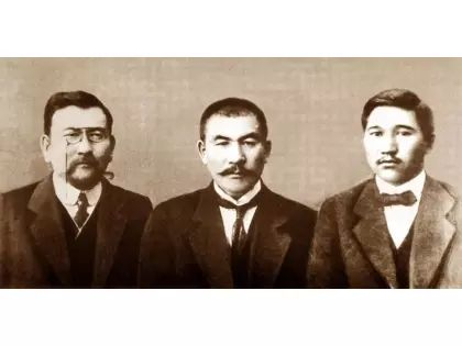 """Лидеры партии """"Алаш"""" (слева направо): Ахмет Байтурсынов, Алихан Букейханов, Миржакип Дулатов // E-HISTORY.KZ"""