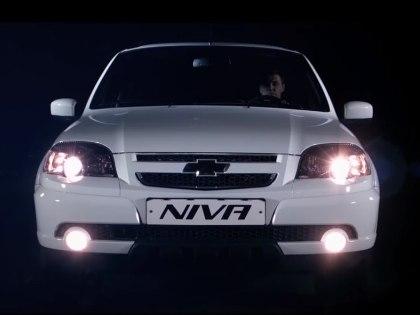 Новый Chevrolet Niva будет оснащен системой автоматического включения ближнего света, USB розеткой для питания мобильных устройств, а также приборами с регулируемой подсветкой // Кадр с Youtube
