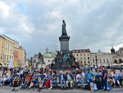 Cпрос на туры для школьных групп в европейские страны за прошлый год существенно снизился из-за опасности терактов, но с 2017 года россияне вновь начали отпускать детей в подобные путешествия // Artur Widak / Global Look Press