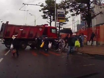 Пешеходы бросились от грузовика врассыпную // YouTube