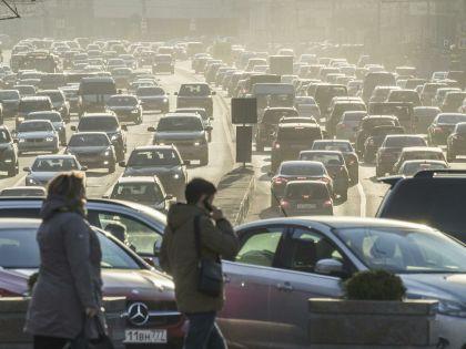 В России агрессивными бывают порой не столько водители друг к другу, сколько дороги и ямы к водителям // Константин Кокошкин / Global Look Press