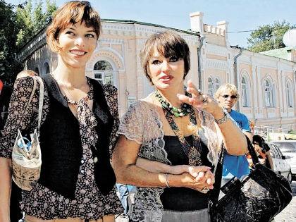 Мила Йовович с мамой Галиной // семейный архив