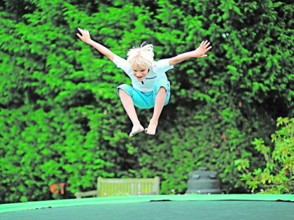 Ребенок прыгает на батуте // Shutterstock