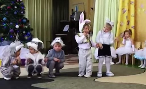 В ходе работы исследователи проанализировали 291 фотографию детских новогодних костюмов // Кадр YouTube