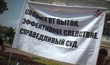 В квартиры правозащитников в Грозном пытаются ворваться // Кадр Youtube
