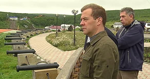 Медведев совершил рабочую поездку на Курильские острова // Стоп-кадр Russia Today