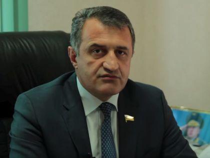 Анатолий Бибилов набрал на выборах президента Южной Осетии (которая также по итогам референдума сменила название на Государство Алания) почти 58% голосов // Стоп-кадр YouTube