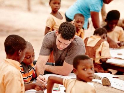 По всему миру благодаря деятельности Адама Брауна открыто более 300 школ // «Карандаш надежды»
