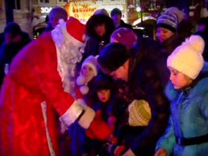 Похоже, в Новый год Дед Мороз приходит не только (и не столько) к детям, сколько к чиновникам // стоп-кадр / Youtube