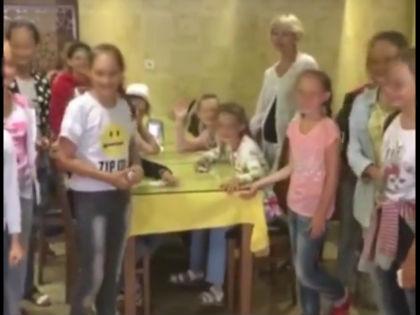 """Девочки из ансамбля """"Бисерки"""" в гостинице в Стамбуле // Стоп-кадр видео во """"ВКонтакте"""""""