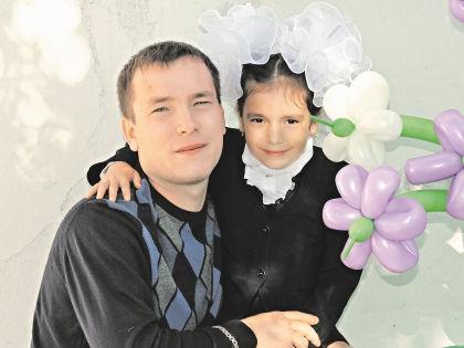 Виктор Царев со спасенной девочкой // личный архив