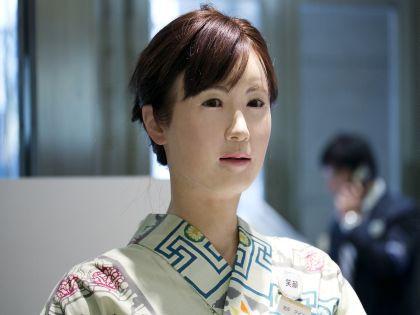 Айко Тихира приветствует гостей и объясняет, что и где можно купить // Global Look Press