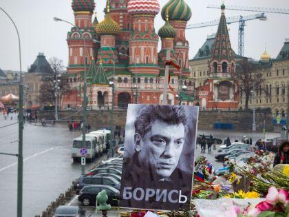 Вандалы унесли с Москворецкого моста цветы, свечи и почти все плакаты в память о политике // Global Look Press