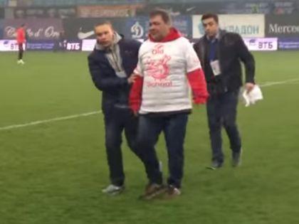 Дмитрий Дерунец и фанат за секунду до... // Стоп-кадр