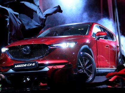 Для нового кроссовера Mazda CX-5 впервые стала доступна функция электроприводного открытия и закрытия багажного отсека // Daniela Parra Saiani / Global Look Press