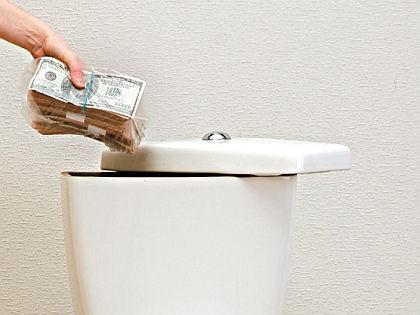 Унитаз – не самое лучшее место для хранения сбережений // Shutterstock