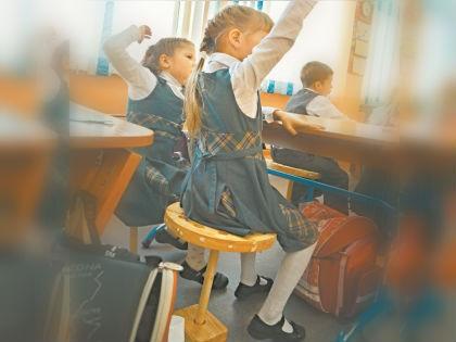 Одноногие стулья в школе Красноярска // Олег Малеев