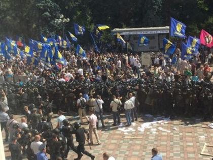 Среди митингующих около Рады — сторонники партии «Свобода» Олега Тягнибока //  Кадр с Hromadske.TV