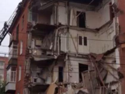 Спасатели разбирают пятый этаж рухнувшего дома // YouTube