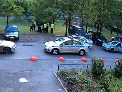 Избиение зафиксировала камера видеонаблюдения подъезда дома, рядом с которым происходило задержание // Кадр: Youtube