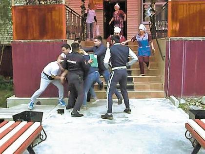Избиение сотрудников «Пятницы» у кафе «Виктория» // Кадр Youtube