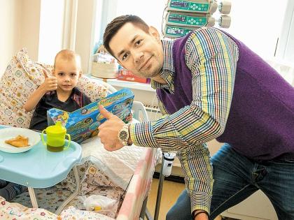 Стас Пьеха не только выслушал детские стихи, но и рассказал малышам свои // Sobesednik.ru