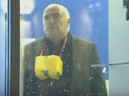 Петросян с муляжом бомбы в захваченном банке // Кадр YouTube