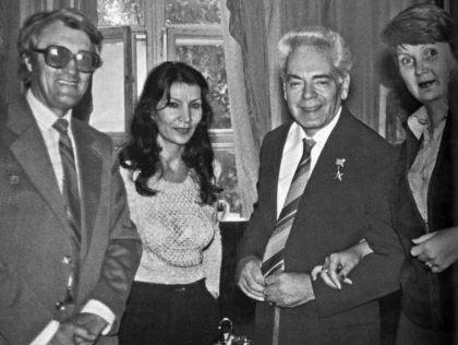 Джуна и Аркадий Райкин в кругу друзей, 1983 г. // личный архив Джуны