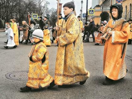 Всего на службе должны были оказаться порядка 300 детей, которым предписывалось выдать золотые облачения, хоругви и иконы // Виктория Савицкая