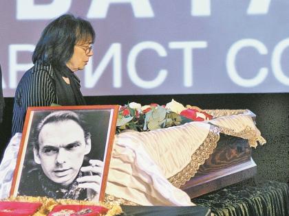 Минута прощания жены с Алексеем Баталовым