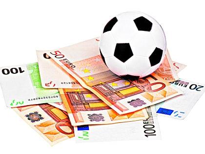 Футбольный мяч и деньги // Shutterstock