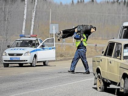 """Сотрудник ГАИ и водитель // РИА """"Новости"""""""