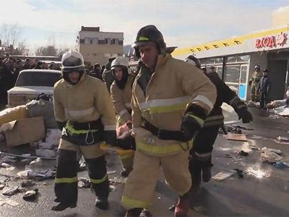 Спасатели до сих пор разбирают завалы сгоревшего ТЦ // Кадр YouTube
