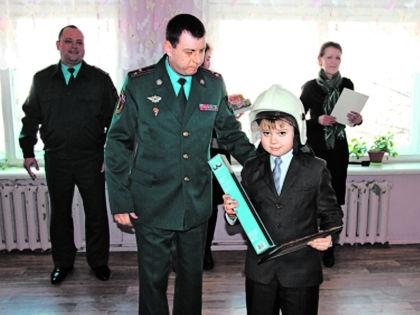 Маленький герой получает награду // архив редакции