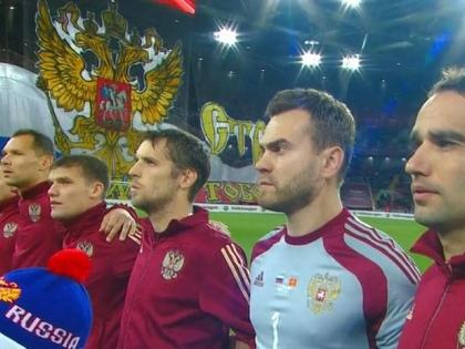 Сборная РФ по футболу исполняет российский гимн // Стоп-кадр YouTube