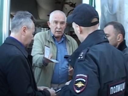 Александр Стрекалин на пороге своего кафе // Кадр YouTube