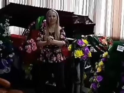 Депутат из Иркутской области Анастасия Мякина прославилась упражнениями для похудения в ритуальном бюро // Стоп-кадр YouTube